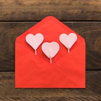 Ornamentuje serca na różdżkach w kopercie