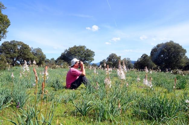 Ornitolog obserwuje ptaki w parku przyrody valderejo. alawa. kraj basków. hiszpania
