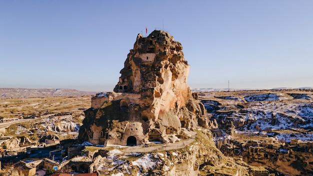 Ortahisar słynie z malowniczych kamiennych domów i zamkowej formacji skalnej, od której pochodzi nazwa miasta.