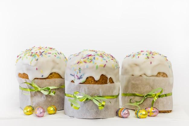 Ortodoksalne ciasto wielkanocne z jajkami czekoladowymi i tradycyjnym wystrojem