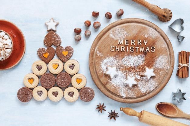 Oryginalna choinka wykonana z ciasteczek w kształcie serca i składników do pieczenia świąt