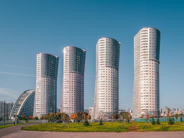 Oryginalne nowoczesne wielokondygnacyjne budynki na północy moskwy