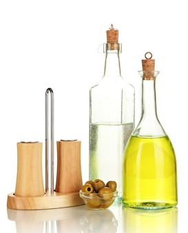 Oryginalne szklane butelki z sosem sałatkowym na białym tle