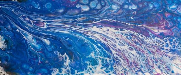 Oryginalny abstrakcyjny obraz akrylowy w odcieniach błękitu i bieli, przedstawiający ruch fal. namalowany przez fotografa.