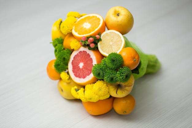 Oryginalny niezwykły jadalny bukiet warzyw i owoców