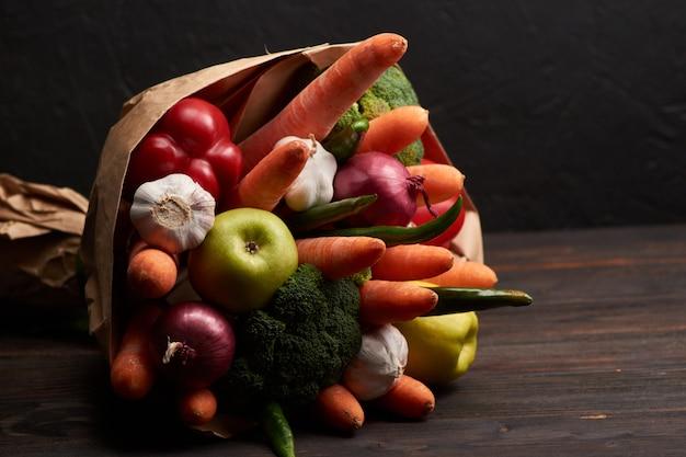 Oryginalny niezwykły jadalny bukiet warzyw na ciemnym drewnie