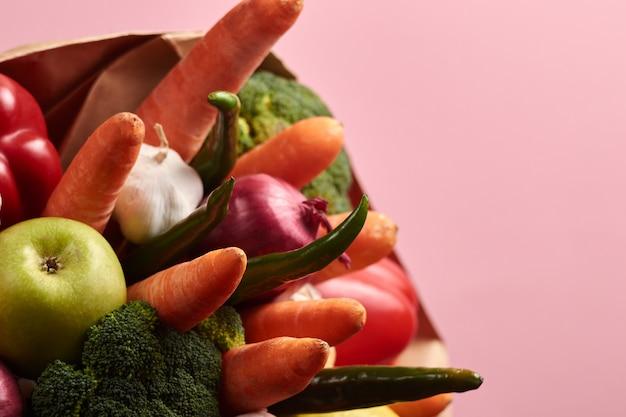 Oryginalny niezwykły jadalny bukiet warzyw na różowym tle