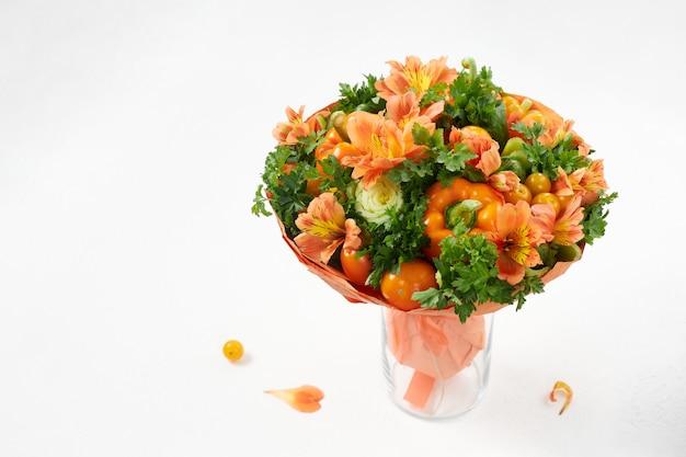 Oryginalny prezent w postaci bukietu dojrzałych warzyw na białym tle