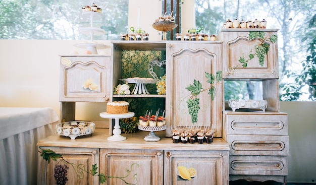 Oryginalny stół deserowy vintage na ceremonii ślubnej