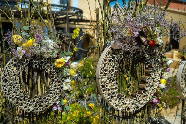 Oryginalny wystrój ślubu na ceremonii ślubnej na ulicy w pobliżu willi w prowansji.francja.