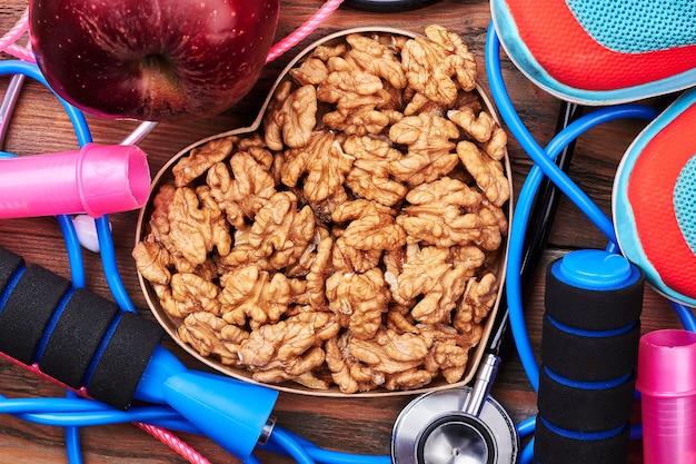 Orzech, stetoskop, trampki i jabłko. ciesz się zdrowym stylem życia.