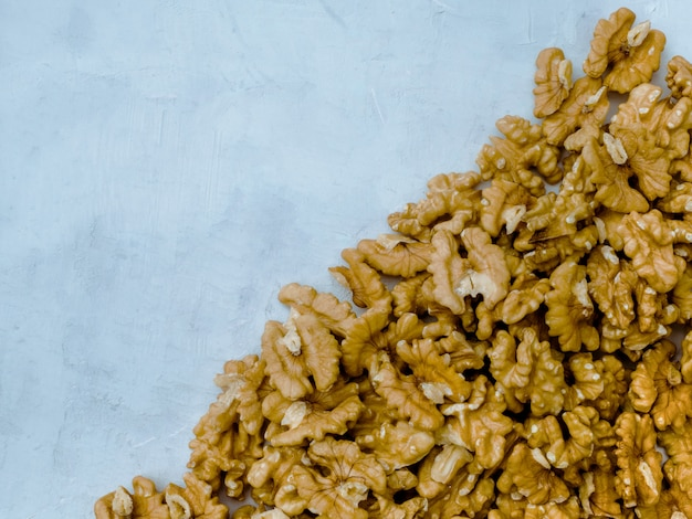 Orzecha włoskiego nasiono na bławym tle, odgórny widok.