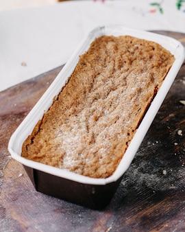 Orzechowe ciasto upieczone pyszne pyszne słodkie na biurku z brązowego drewna