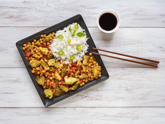 Orzechowe pieczone curry romanesco. kapusta romanesco z ciecierzycą i ryżem basmati. azjatyckie jedzenie.