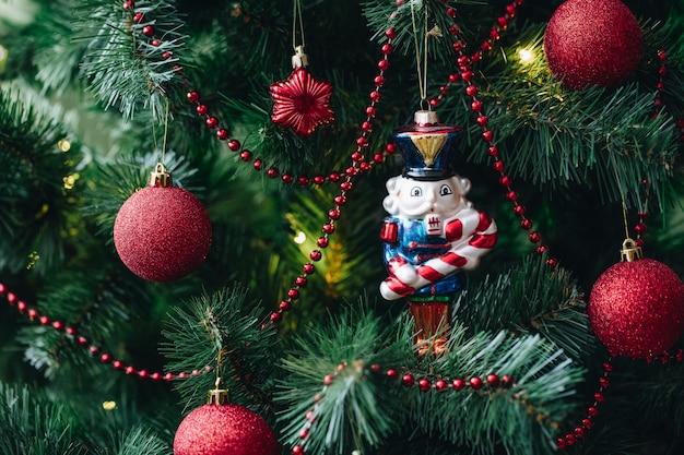 Orzechówka. świąteczne dekoracje na drzewie.