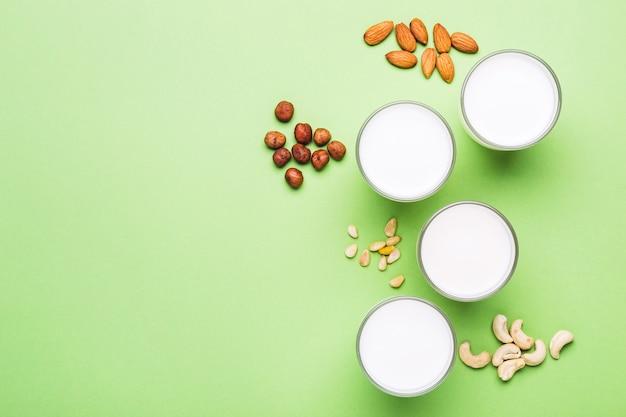 Orzechy bez mleka w szklankach. koncepcja opieki zdrowotnej, diety i żywienia.