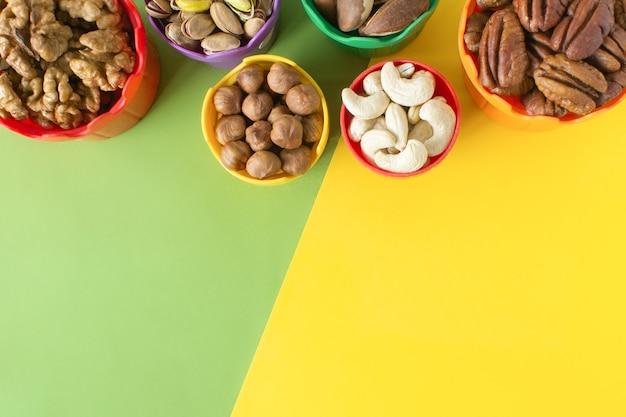Orzechy dla dzieci w kolorowych kubeczkach