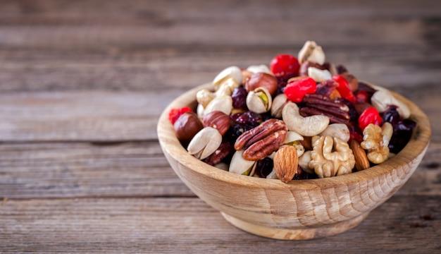 Orzechy i mieszanka suszonych owoców. pojęcie zdrowej żywności.