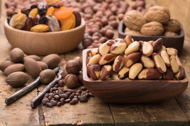 Orzechy i nasiona obrane w drewniane miski