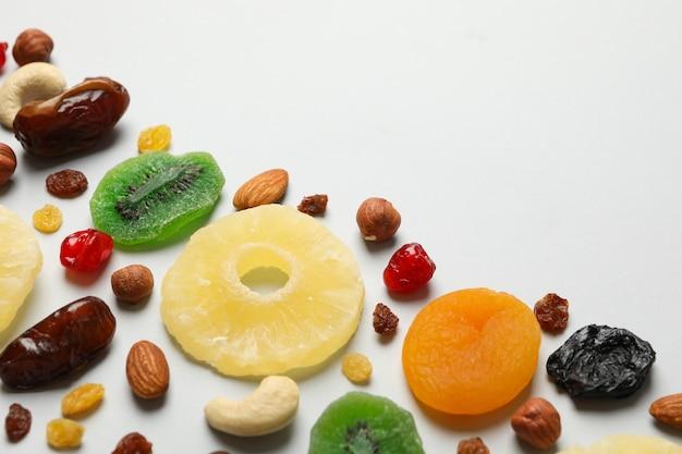 Orzechy i suszone owoce na szaro, miejsca na tekst