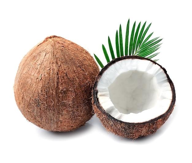 Orzechy kokosowe z liśćmi na białym tle