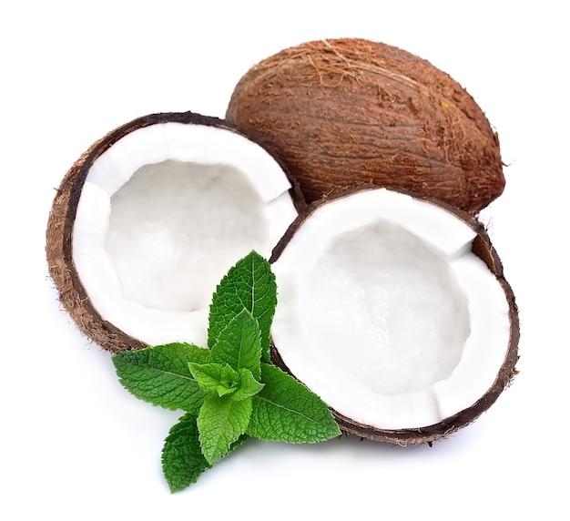 Orzechy kokosowe z miętą na białym tle