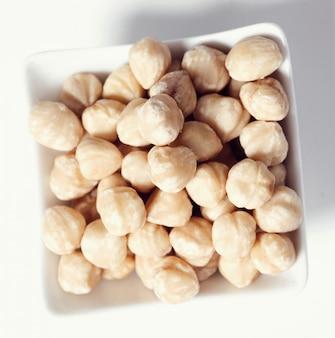 Orzechy makadamia na białej misce