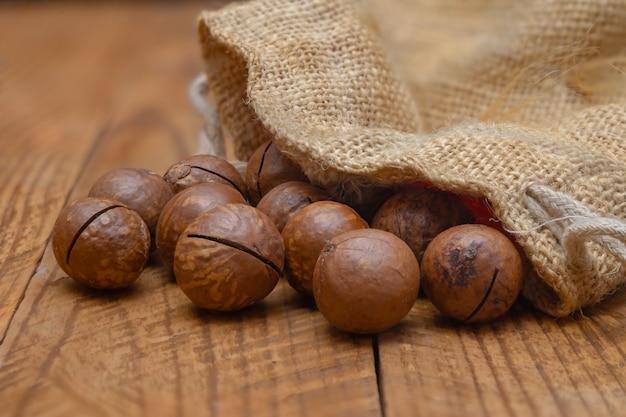 Orzechy makadamia w torbie na zbliżenie deski