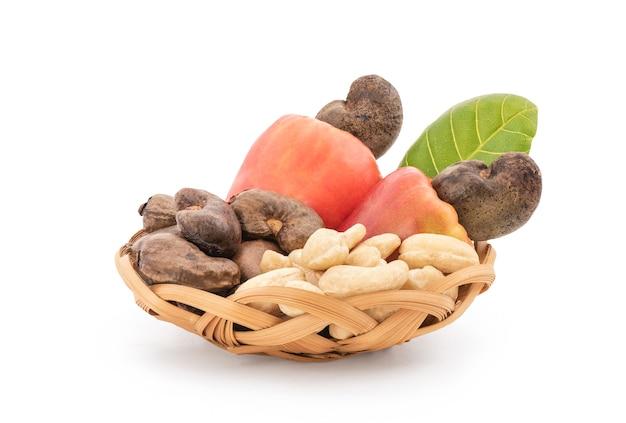 Orzechy nerkowca owoce i nasiona na białym tle