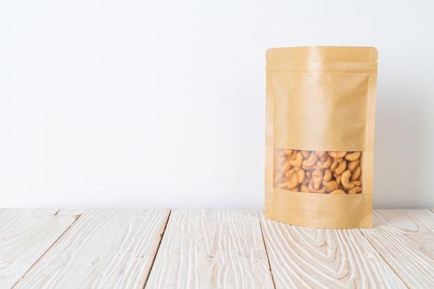 Orzechy nerkowca w torbie na drewnie