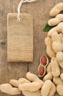 Orzechy orzeszki ziemne owoce i cena metki na fakturze drewna