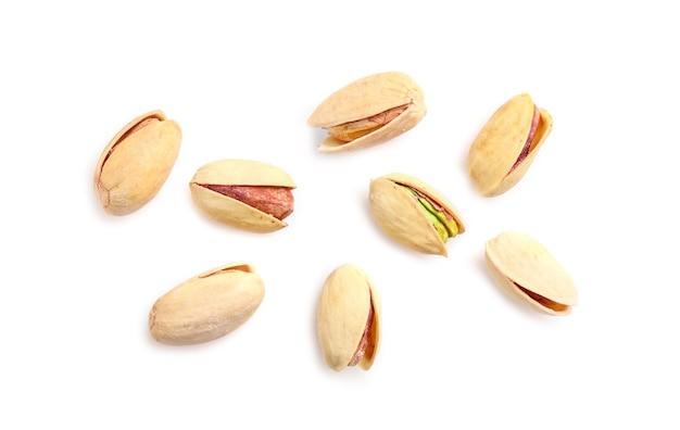 Orzechy pistacjowe na białym tle