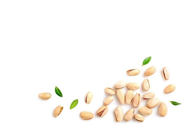 Orzechy pistacjowe stos na białym tle