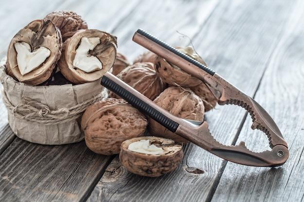 Orzechy włoskie i dziadek do orzechów na drewnianym stole