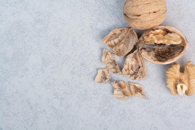 Orzechy włoskie i jądra orzecha włoskiego na niebieskim tle. wysokiej jakości zdjęcie
