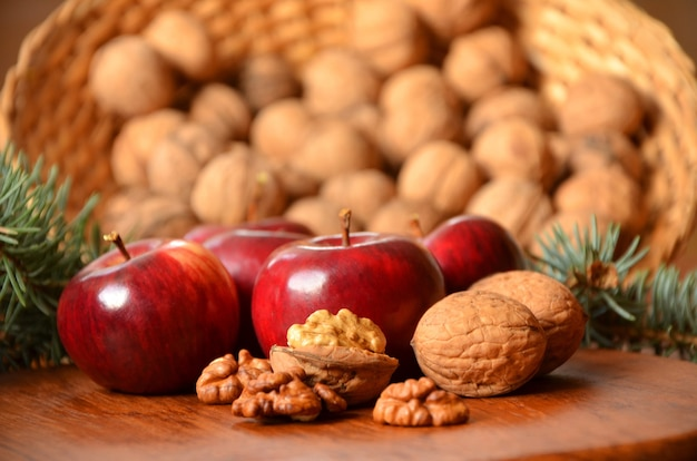 Orzechy włoskie, jabłka i gałązki świerkowe zima boże narodzenie martwa natura w stylu rustykalnym