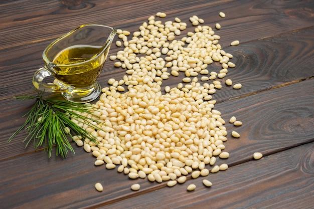 Orzeszki pinii i olej cedrowy na desce