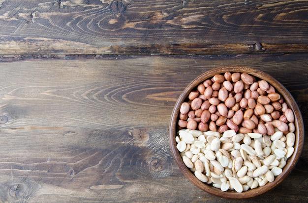 Orzeszki ziemne i migdały na drewnianej misce