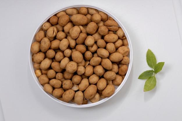 Orzeszki ziemne, orzechy japońskie lub orzeszki ziemne w stylu japońskim, przekąska wykonana z orzeszków ziemnych, które są pokryte ciastem z mąki pszennej, a następnie smażone