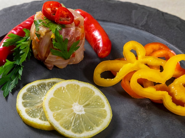 Orzeźwiające danie z ryby marynowanej w soku z cytrusów. pojęcie diety i zdrowej żywności.