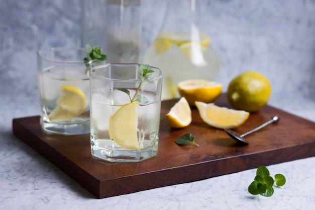Orzeźwiające, lodowate napoje gotowe do podania
