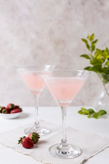 Orzeźwiające napoje alkoholowe na stole