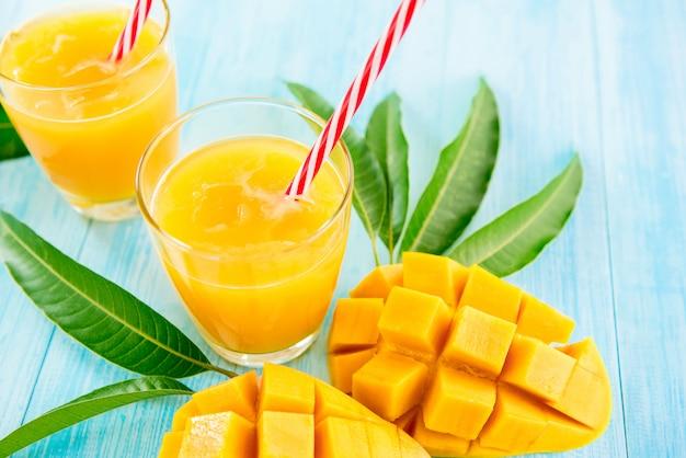 Orzeźwiające napoje z soku z mango na lato