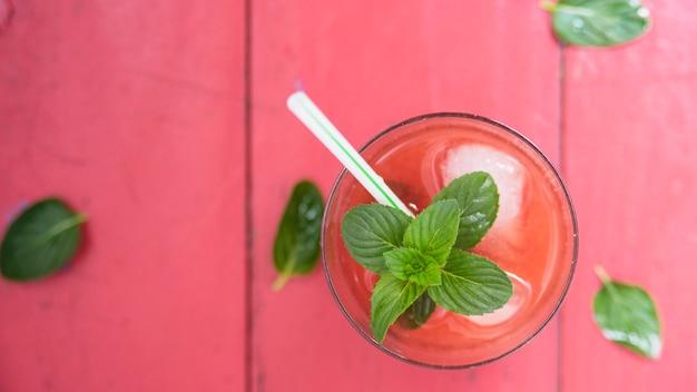 Orzeźwiający czerwony napój z ziołami