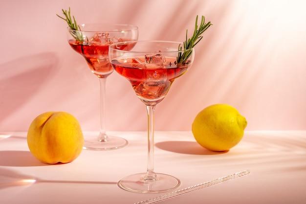 Orzeźwiający koktajl w szklance z brzoskwinią na jasnym tle.