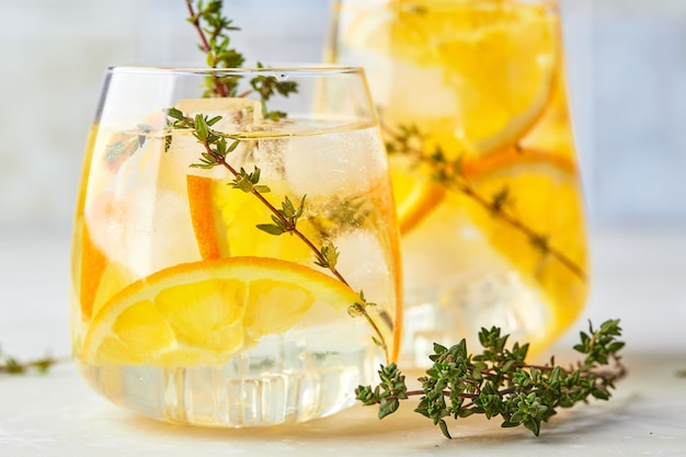 Orzeźwiający koktajl z lodową pomarańczą i tymiankiem orzeźwiający letni domowy koktajl alkoholowy lub bezalkoholowy lub koktajl bezalkoholowy lub woda smakowa z detoksykacją