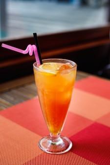 Orzeźwiający kolorowo koktajl wódki, likieru brzoskwiniowego, soku pomarańczowego i żurawinowego