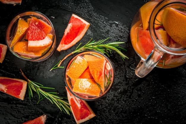 Orzeźwiający letni detoks koktajl z grejpfruta i rozmarynu