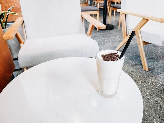 Orzeźwiający letni koktajl z kostkami lodu. słodki syrop owocowy i zimna soda. poziome copysapce kilka obiektów.