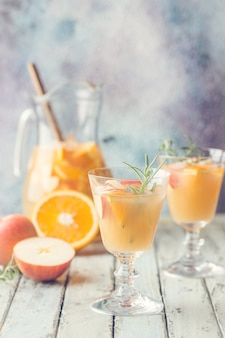 Orzeźwiający letni napój sangria lub poncz z owocami w szklance i szczypta na drewnianym